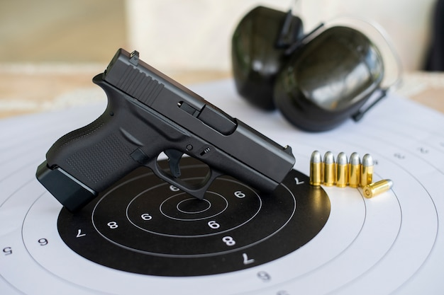 Waffen mit munition auf papier schießübungen Premium Fotos