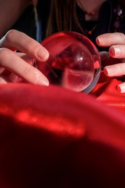 Wahrsagerin mit kristallkugel Premium Fotos