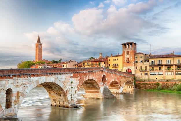 Wahrzeichen von verona. ponte di pietra über der etsch während des sonnenaufgangs. Premium Fotos