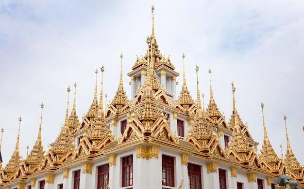 Wahrzeichentempel in bankgok thailand. mit goldener architektur in busddism religion Premium Fotos