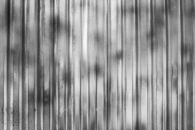 Wand aus grauem blech. zinkartig wird als zaun verwendet, um die konstruktion zu teilen. Premium Fotos