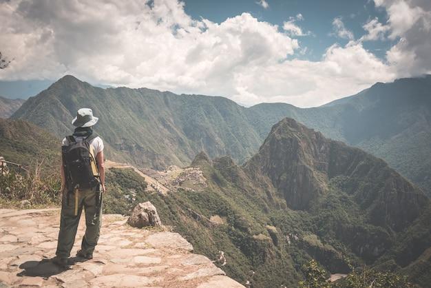 Wanderer, der auf dem inka-weg über machu picchu, dem meistbesuchten reiseziel in peru, wandert Premium Fotos