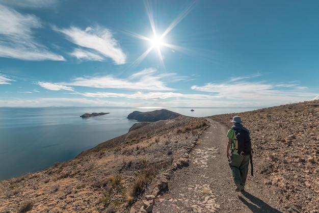 Wanderer, der die majestätischen inka-spuren auf insel der sonne erforscht Premium Fotos