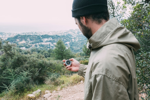 Wanderer, der kompass betrachtet Kostenlose Fotos
