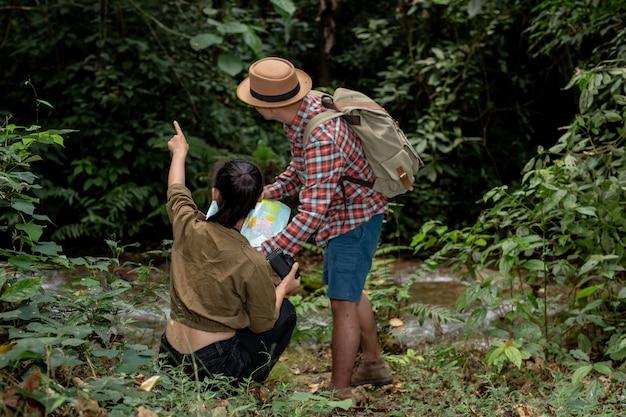 Wanderer des jungen mannes und der jungen frau Kostenlose Fotos