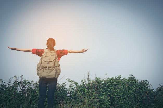 Wanderer frau blick fernglas auf dem berg blauer himmel im