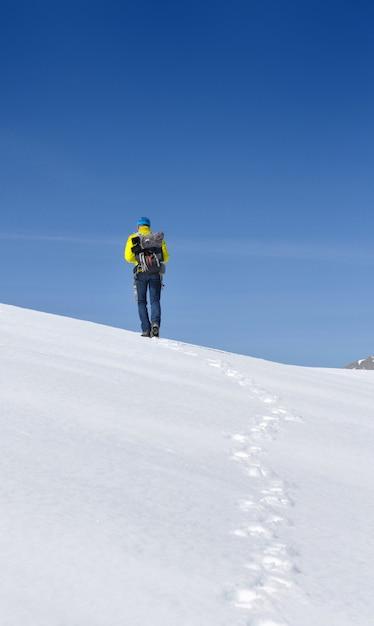 Wanderer im schneebedeckten berg Premium Fotos