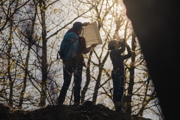 Wanderer mit karte und fernglas download der kostenlosen fotos