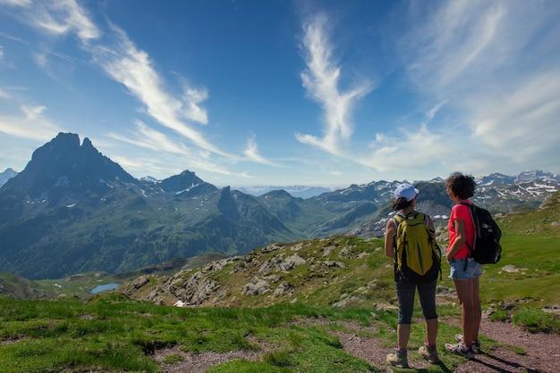Wandererinnen auf dem weg der französischen pyrenäen Premium Fotos