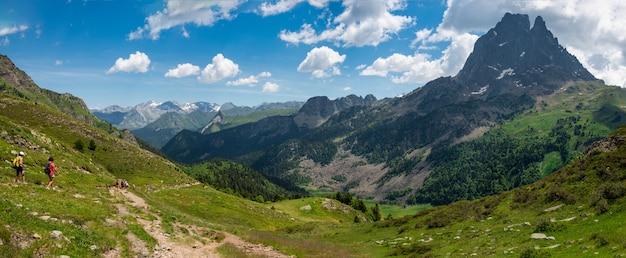 Wandererinnen auf dem weg von pic du midi ossau in den französischen pyrenäen Premium Fotos