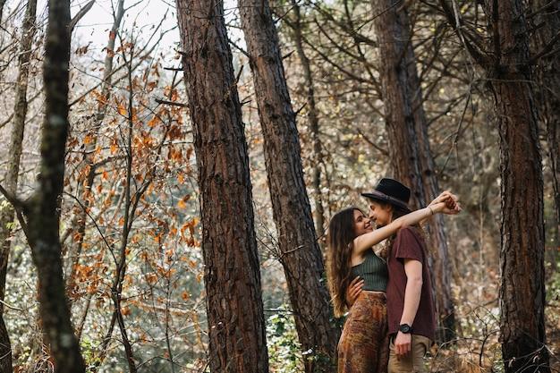 Wandererpaare in der liebe, die in der natur küsst Kostenlose Fotos