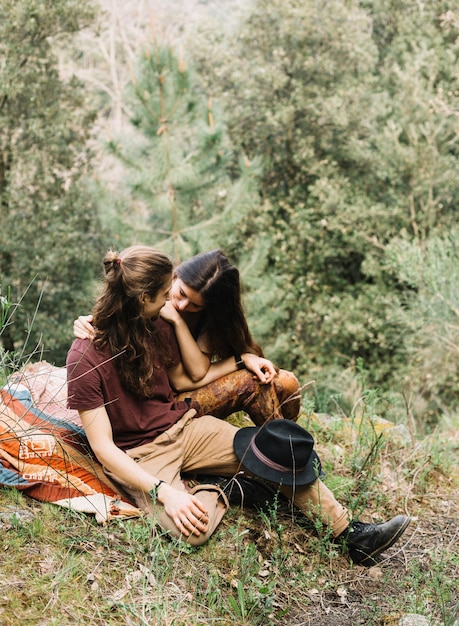 Wandererpaare in der liebe, die in der natur sitzt Kostenlose Fotos