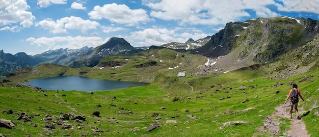 Wanderfrau auf dem weg nahe ayous see in den französischen pyrenäen bergen Premium Fotos