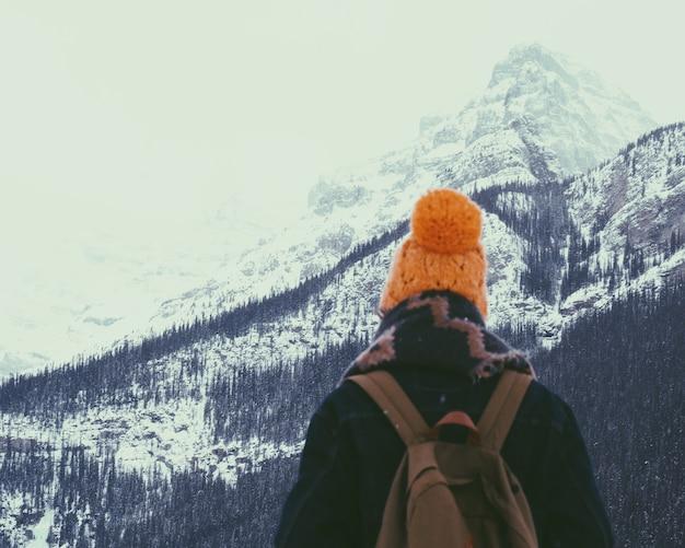 Wandern auf einem schneebedeckten berg Kostenlose Fotos