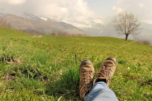 Wanderschuhe im gras Premium Fotos