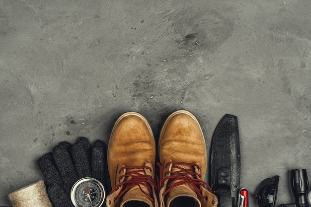 Wanderschuhe, kompass und messer. outdoor-ausrüstung wandern Premium Fotos