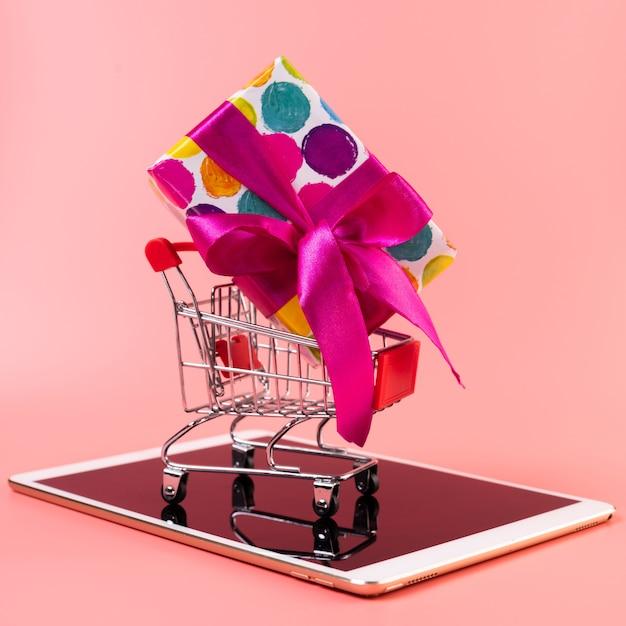 Warenkorb mit geschenk auf tablette Kostenlose Fotos