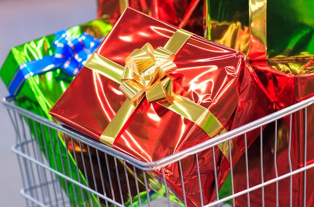Warenkorb mit geschenken im supermarkthintergrund Premium Fotos