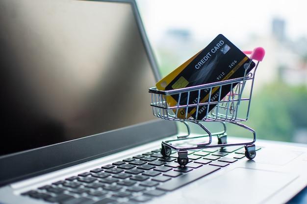 Warenkorb und kreditkarte auf dem computer, kaufendes on-line-konzept. Premium Fotos