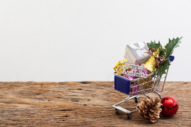 Warenkorbgeschenkkasten-farbband auf weißem hintergrund für weihnachtsgeburtstagsspecial Premium Fotos