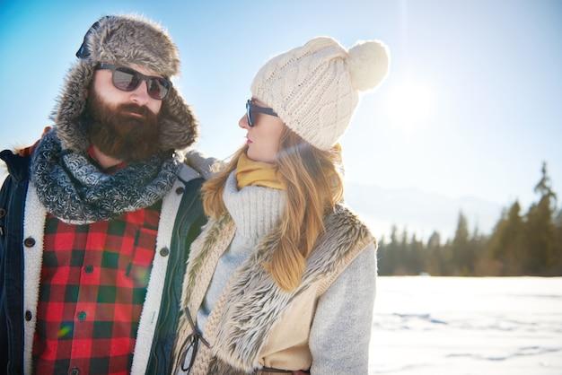 Warm gekleidetes paar in den bergen Kostenlose Fotos