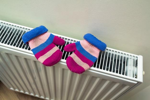 Warme handgestrickte gestreifte wollhandschuhe für kinder, die auf hitze trocknen Premium Fotos
