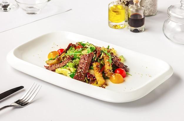 Warmer salat mit rindfleisch Kostenlose Fotos