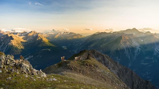 Warmes licht bei sonnenaufgang auf berggipfeln, graten und tälern Premium Fotos