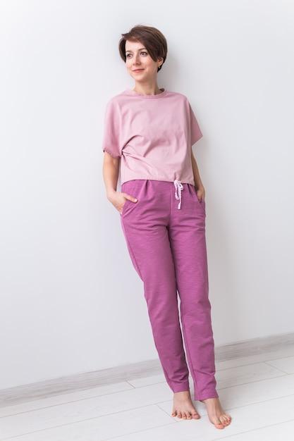Warmes rosa kit zum schlafen. weiches baumwoll-t-shirt und hose. bequeme kleidung für gesunden schlaf. pyjama-konzept. Premium Fotos