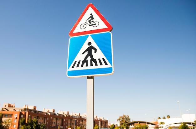 Warnzeichen des dreieckigen fahrrades vorbei das quadratische fußgängerübergangverkehrsschild herein die stadt Kostenlose Fotos