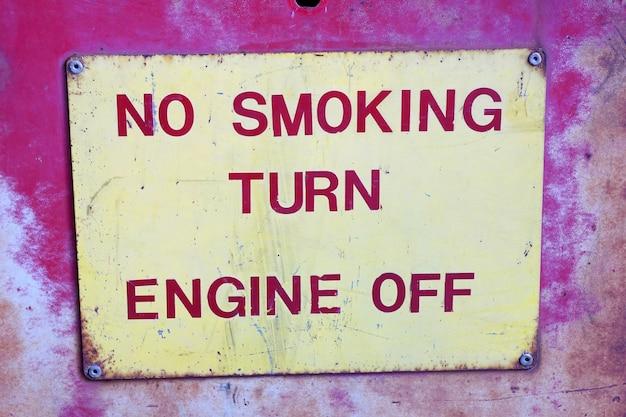 Warnzeichen in der tankstelle sagen Premium Fotos