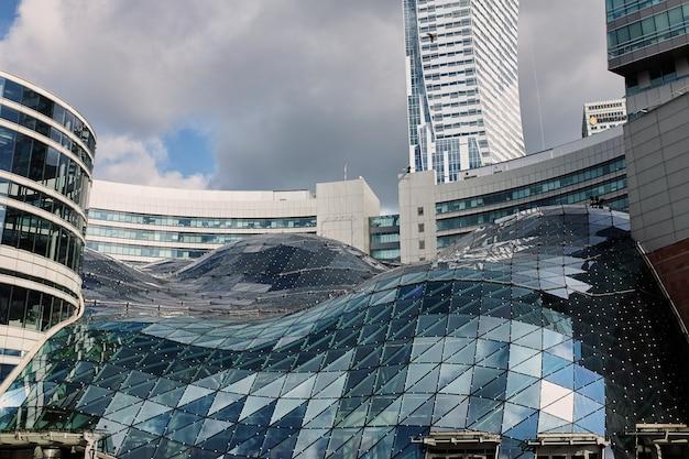 Warschau, polen - 30. juni 2017: - modernes gebäude im warschauer einkaufszentrum Premium Fotos