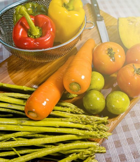 Waschen von obst und rohem gemüse. Premium Fotos