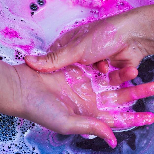 Waschende hände in der blauen flüssigkeit Kostenlose Fotos