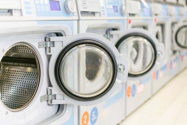 Waschmaschinen bei geöffneten türen reinigen Kostenlose Fotos