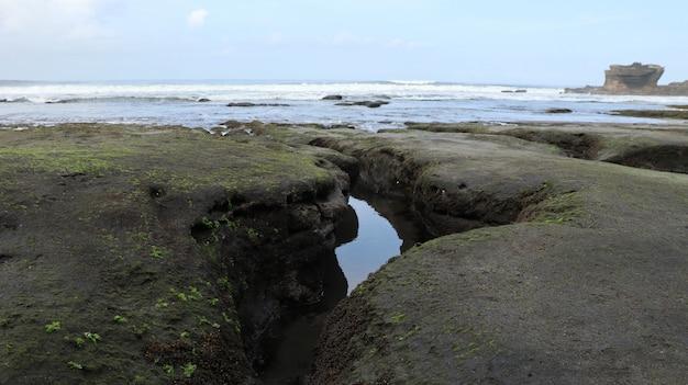 Wasser fließt in richtung strand Kostenlose Fotos
