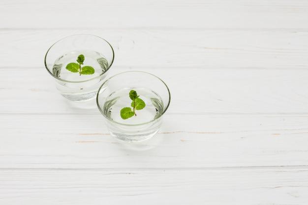 Wasser mit minze in gläsern auf tisch Kostenlose Fotos
