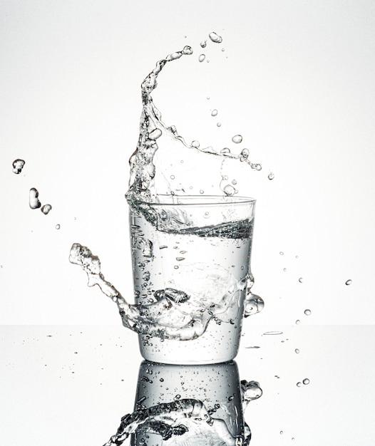 Wasser spritzt aus glas Kostenlose Fotos