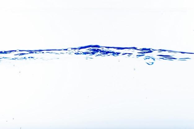 Wasser und blasen auf dem hintergrund des blauen wassers Premium Fotos