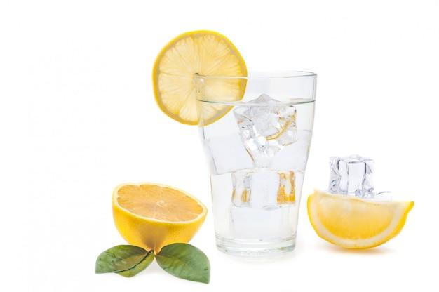 Wasser, zitrone und eiswürfel in einem glas. zitronenscheiben und flachs neben einem glas. isoliert. Premium Fotos