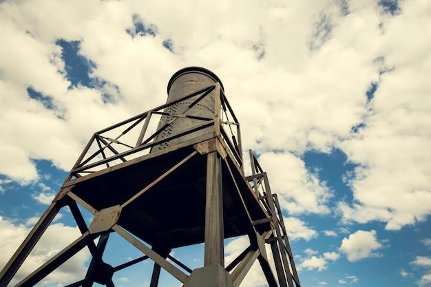 Wasserbehälter in der eisenstruktur mit dem himmel Premium Fotos