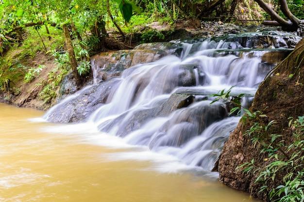 Wasserfall der heißen quelle bei krabi in thailand Premium Fotos