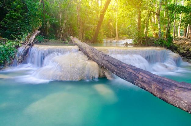 Wasserfall im tiefen wald, thailand-hintergrund Premium Fotos