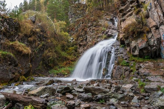 Wasserfallherbst in den bergen. langzeitbelichtung Premium Fotos