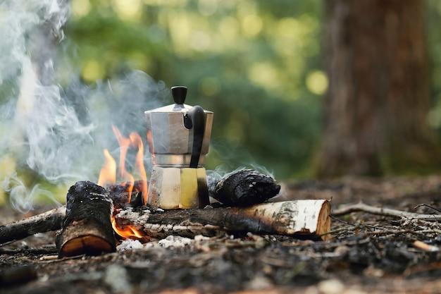 Wasserkocher am lagerfeuer Kostenlose Fotos