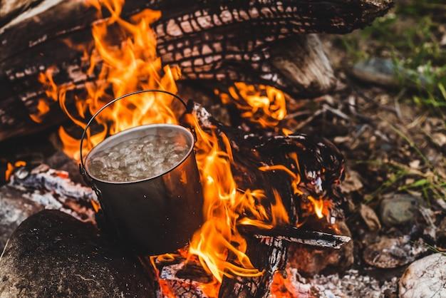 Wasserkocher steht in flammen. Premium Fotos