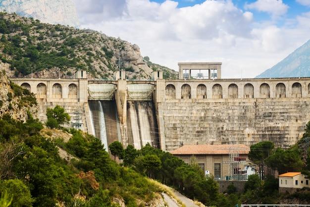 Wasserkraftwerk am fluss Kostenlose Fotos