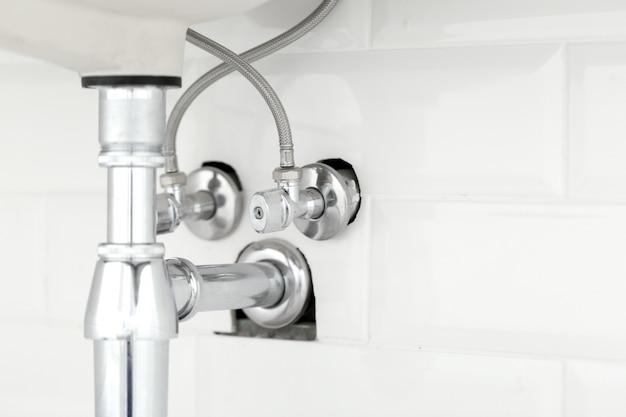 Wasserleitung unter wanne auf weiß Premium Fotos