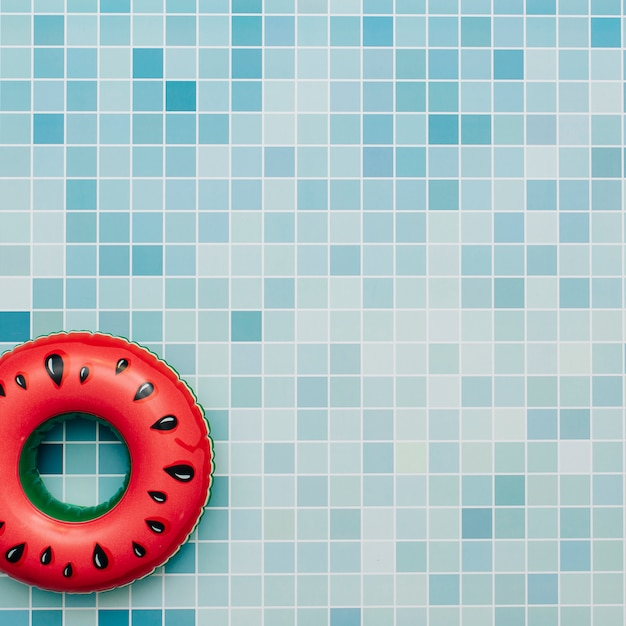 Wassermelone aufblasbar auf einem poolhintergrund Kostenlose Fotos