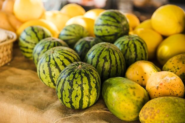 Wassermelone; papaya und warzenmelone im marktstand Kostenlose Fotos